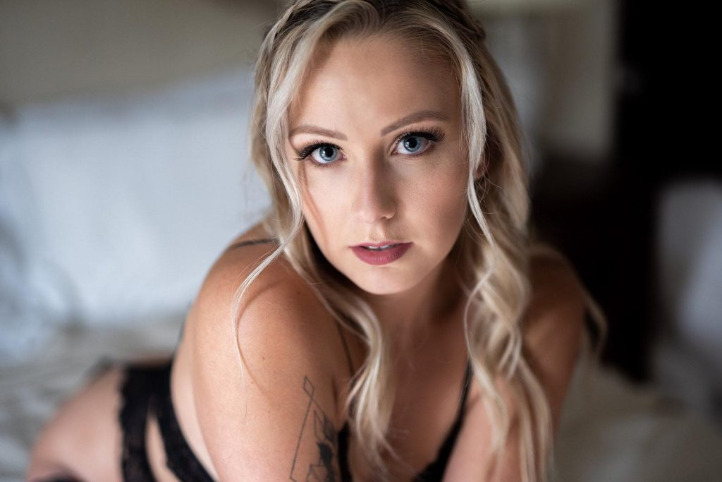 Blonde with natural makeup look for boudoir photo shoot